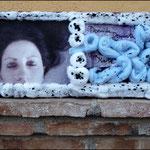 Dormida/Despierta_Viva/Muerta (Fotografía transferida a lienzo y decorada con algodón y pintura acrílica)