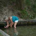 Erfrischung am Kneippbecken