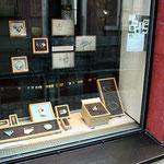 Schaufenster mit Ansteckschmuck von allen  Ausstellern