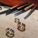 verschiedene Ringe aus Damaszenerstahl und Messer von Martin Steinhorst