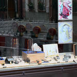 Schaufenster Ecke mit Granat und Hoffnungszeichen-Schmuck