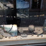 schaufenster hauptstrasse mit bunten ketten und silbersachen
