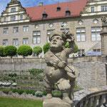 Schlosspark Weikersheim mit Zwergenskulptur