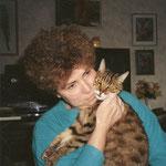 """Hedy mit ihrer Katze """"Micky"""""""