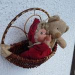 bébé cajolée par ourson