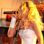 Ließ die Finger auf der eigenen Hochzeit nicht vom Mikrofon...