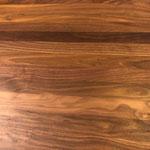 ウォルナット天板の木目です。天然木なので、木目はひとつひとつ異なります。