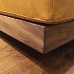 木目の美しい無垢材をふんだんに使用する事でソファのアクセントになり、高級感も増します。