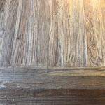 パイン材の天板。木目や色合いは1点1点異なります。