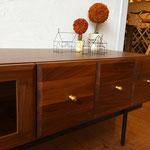 真鍮製のつまみは、前板の天然木との相性も抜群です。