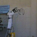 Enlèvement de graffitis sur dallage - Pendant l'execution