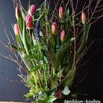 チューリップと姫水木の春のアレンジメント