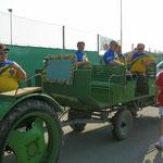 Unsere Nachbarn kommen mit Traktor + Chauffeur