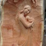 Relief, Mutter mit Kind aus Zirbenholz fertig