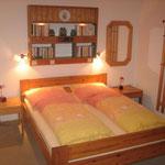 Ansicht Doppelbett Schlafzimmer. Auf Anfrage stellen wir Ihnen gerne ein Kinderbett am Fußende bereit.