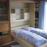 Im Wohnzimmer befindet sich ein ausklappbares Doppelbett,...