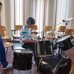 Im Musiksaal kann jeder die Instrumente ausprobieren.