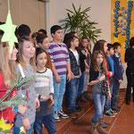 Der Chor leitet die Weihnachtsfeier ein.