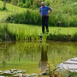 Herr Kern überprüft mal Flora und Fauna der Gartenanlage.