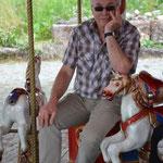 Herr van Os denkt sich den neuesten Mammutwitz aus, den er auf der Rückfahrt erzählen kann.