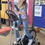 Sarah zeigt jetzt mal, wie der Fitnessraum richtig genutzt wird.