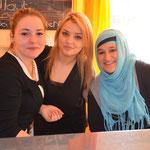 Ines, Festina und Feysa backen Waffeln im Schülercafé.