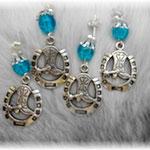 B 3   Boucles d'oreilles fer à cheval + perles bleus