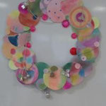 グループワークです。それぞれ色を塗った丸を貼り合わせて「クリスマスリース」