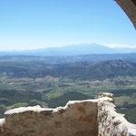 Blick von Burg Quéribus auf das Tal von Fenouillèdes und Peyrapertuse