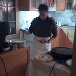 Mein Mann beim Crêpes-Backen zur Stärkung der Gäste in der Lesepause