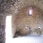 Blick von Apsis aus in den Kapellenraum auf Burg Aguilar