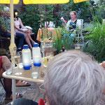 Bei schönem Wetter im Garten, hier mit Autorin Angelika Lauriel