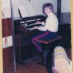 eigene Dr. Böhm Orgel von Vater gebaut, habe Privatunterricht erhalten