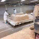 Projeté des couches de fibres pour renforcer la cuve du spa