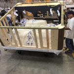 Mise en place chassis bois sur la cuve acrylique de spa Caldera ,retournement du chassis .