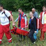 Rettung einer verletzten Person in unwegsamen Gelände