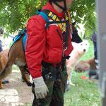 Abseilen mit Hund im Tragegeschirr an einer senkechten Wand