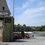 Regensburg: Historische Wurstkuchl und Steinerne Brücke