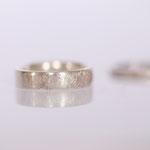 Eheringe 14 kt Weissgold gescratched mit Diamant Foto Stella Schlatte