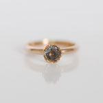 Verlobungsring in 14 kt Rotgold mit grauen Saphir Foto Stella Schlatte