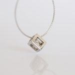 Ein schwebender Diamant im Würfel, auch mit anderen Edelsteinen und Goldfarben möglich.