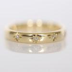 Eheringe 14 kt Gelbgold graviert mit Blüten Muster und Diamanten Foto Stella Schlatte