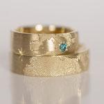 Eheringe 14 kt Gelbgold graviert mit Weltkarte und blauen Diamant