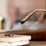 Löten ist eine magische Handlung...aus einem Goldstreifen wird ein runder Ring.