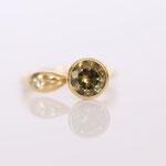 Verlobungsring in 14 kt Gelbgold mit grünen Granat Demantoid Foto Stella Schlatte