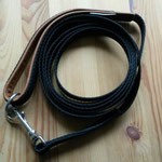 Leine 2,50m, schwarzes, extra starkes Gurtband 2cm, Handschlaufe mit Cognac farbigem Leder gepolstert