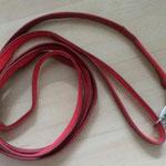 Schleppleine 3 Meter, Gurtband rot 1,5cm, Leder dunkelrot mit Handschlaufe, Edelstahlkarabiner, Edelstahlring in der Handschlaufe und Mittig zum Umhängen