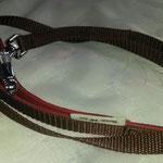 Leine 1,50m, mit Zangenkarabiner,  Gurtband braun 1,5cm,  Handschlaufe gepolstert mit Leder