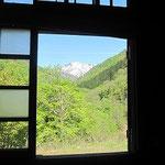 正面に面している部屋からは大朝日岳が一望