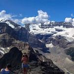 頂上からマウント・ビクトリア(3464m)をバックにパノラマショット